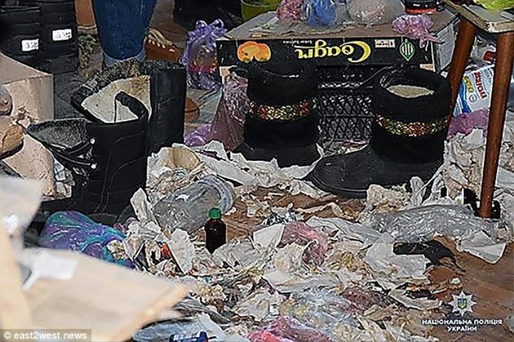 Bà sống trong một căn hộ tràn ngập rác.Ảnh: East2west.news