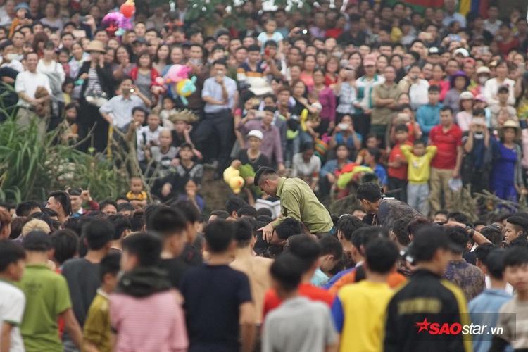 Trước đó vào hôm qua 27/2 (12 tháng giêng Âm lịch) xã Hiền Quan khai hội tranh cướp phết, thu hút hàng nghìn người tham dự.