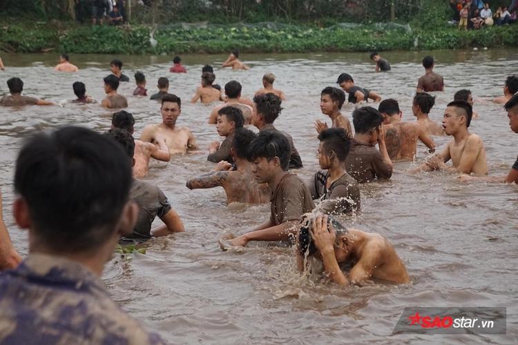 Từ trên cạnh xuống dưới nước, tất cả đều cố hết sức để cướp được quả phết.