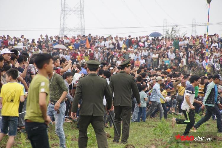 Lực lượng an ninh được tăng cường để đảm bảo trật tự, an toàn trong lễ hội.Các hành vi bạo lực được nghiêm cấm để đảm bảo lễ hội diễn ra trong không khí vui vẻ.