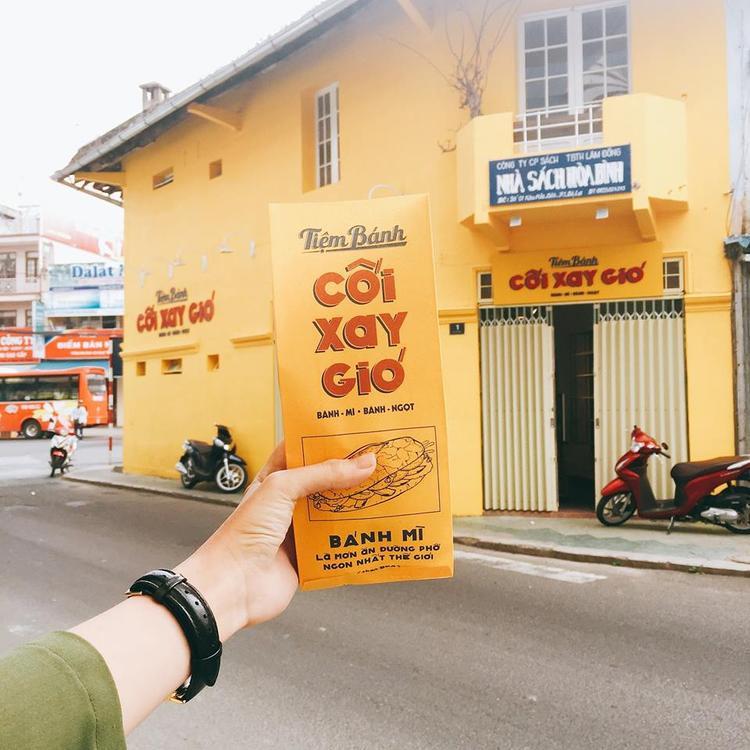 Bức tường vàng sống ảo là một địa điểm check-in quen thuộc của giới trẻ mỗi khi đến với Đà Lạt.