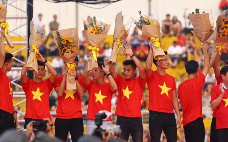 Các cầu thủ U23 Việt Nam hãy tiến lên, tự tin để tỏa sáng như Văn Đức và Xuân Mạnh.