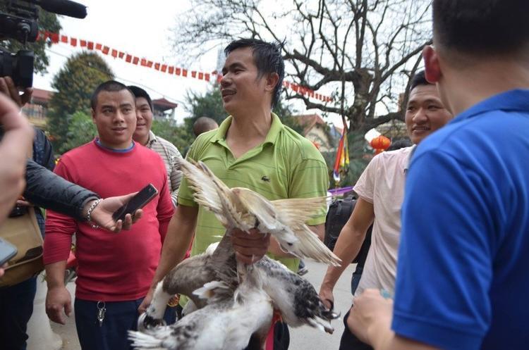 Anh Nguyễn Văn Đồ (tổ dân phố số 10) vui vẻ khi bắt được 3 con vịt. Ngoài phần thưởng bằng tiền mặt, người chơi còn được tặng những con vịt do chính mình bắt được.