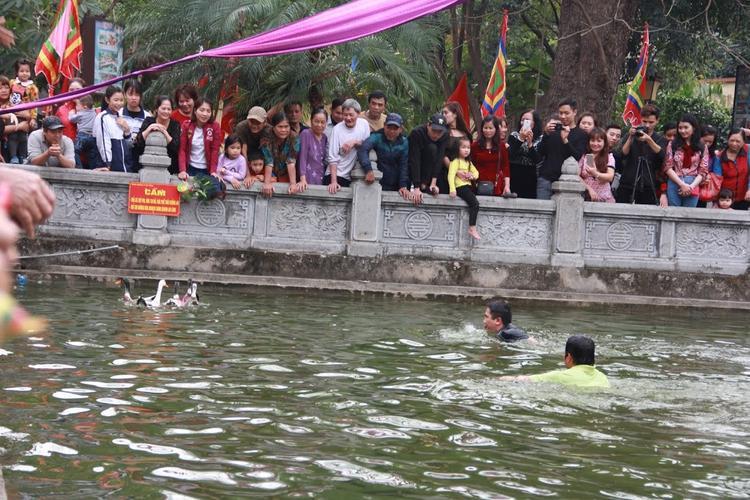 Nhiều người dân đứng lên bờ tham gia cổ vũ.