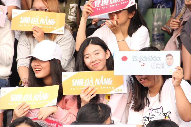 Khán giả kéo đến sân để cổ vũ cho Hà Đức Chinh.