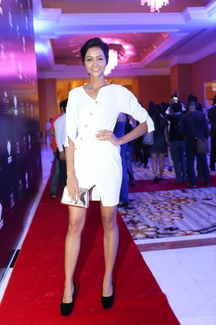 Đặc điểm dễ nhận thấy trong các bên cạnh màu trắng chủ đạo thì kiểu dáng trang phục cũng khá đơn giản.