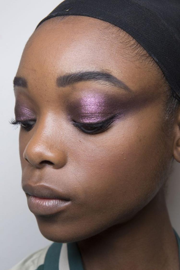 Chuyên gia trang điểm Diane Kendal đã kết hợp tận 9 màu sắc độ và màu sắc khác nhau cho các người mẫu. Trang điểm mắt đẹp là điểm nhấn cho phong cách này nên Diane Kendal giữ những nét tự nhiên còn lại cho gương mặt.