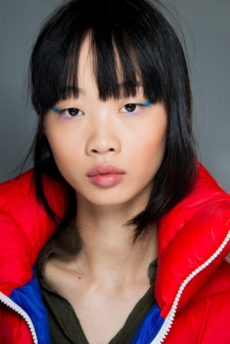 Phong cách trang điểm độc đáo được lấy cảm hứng từ Hàn Quốc. Chuyên gia trang điểm Sarah Lucero đã kết hợp 2 màu sắc nổi bật khác nhau trong đôi mắt của các người mẫu, ví dụ như: xanh biển - tím, đỏ - vàng. Sự kết hợp phá cách cho phần mắt này phù hợp với trang phục phá cách và cá tính.