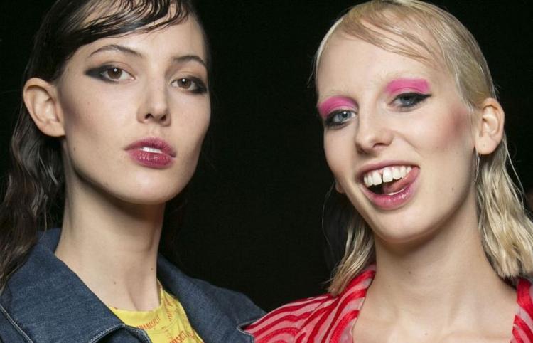 Những tone màu Neon như xanh biển, vàng và hồng tím Fucshia được chuyên gia trang điểm Dick Page sử dụng để tô vẽ cho đôi mắt của người mẫu. Dick Page đã được truyền cảm hứng từ phong cách trang điểm của những năm 80.