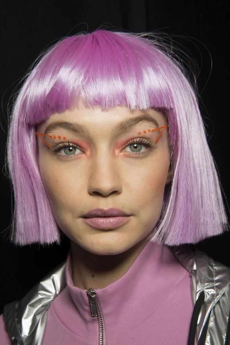 Đôi mắt khá ấn tượng với họa tiết đính kèm nổi bật . Chuyên gia trang điểm Kabuki đã sử dụng các phấn mắt màu neon cùng phụ kiện mắt đính kèm của M.A.C giúp kiểu trang điểm mắt đẹp và bắt mắt hơn.