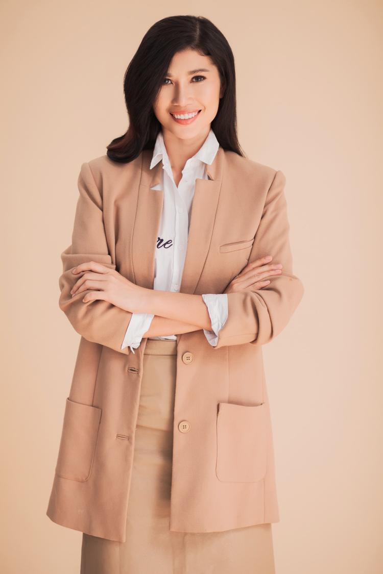 Sau khi lập gia đình cô tập trung đi học và chân dài đã có bằng thạc sĩ ngành quản trị kinh doanh và hiện đang kinh doanh.Trang Lạ sinh năm 1991, cao 1,73m. Sở hữu làn da nâu, gương mặt góc cạnh, cô được đánh giá là người mẫu cá tính của làng mốt Việt.