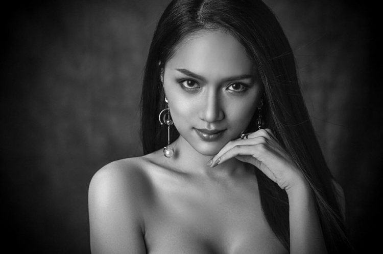 Hương Giang khoe vẻ đẹp sắc sảo trong bộ ảnh trắng-đen đầy ma mị. Trong những ngày vừa qua, đại diện Việt Nam có sự thể hiện khá tốt. Người đẹp đang là ứng cử viên sáng giá cho chiếc vương miện năm nay.