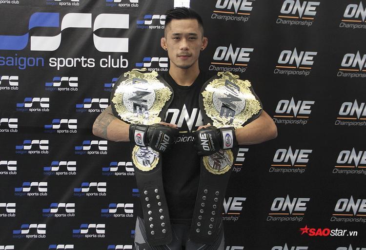 Võ sĩ Việt kiều là người đầu tiên trong lịch sử sở hữu cùng lúc 2 chiếc đai MMA thế giới ở hai hạng cân khác nhau.