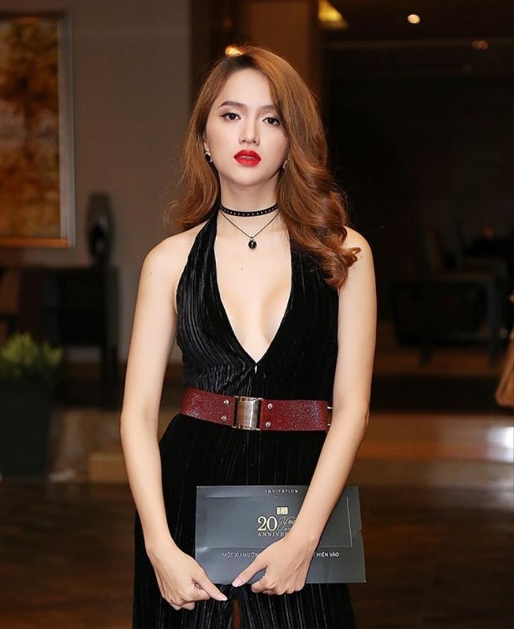 Ngoài ra kiểu tóc xoăn lô cũng được Hương Giang thường xuyên chọn để tham dự sự kiện. Với những chiếc váy xẻ sâu hun hút thì có lẽ khó có kiểu tóc nào phù hợp hơn.