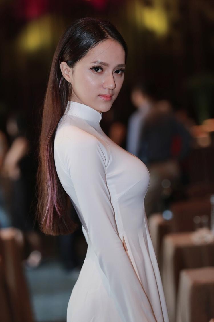 Có lúc, Hương Giang lại đơn giản tối đa với tóc thẳng xõa tự nhiên.