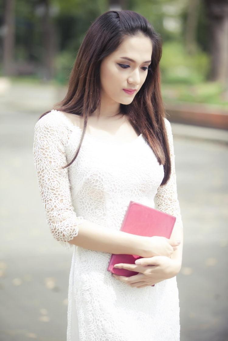 Cô chọn kiểu tóc thẳng trong những lần trưng diện áo dài nhằm thể hiện nét đẹp dịu dàng nền nã.