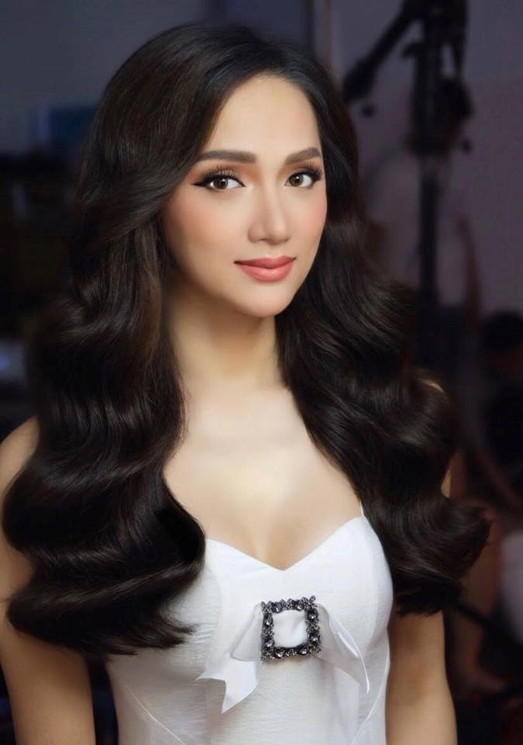 Có thể nói, đây là kiểu tóc được giới hoa hậu, người mẫu rất ưa chuộng bởi nó tôn lên sự lỗng lẫy và nét đẹp mê hồn cho các mỹ nhân.