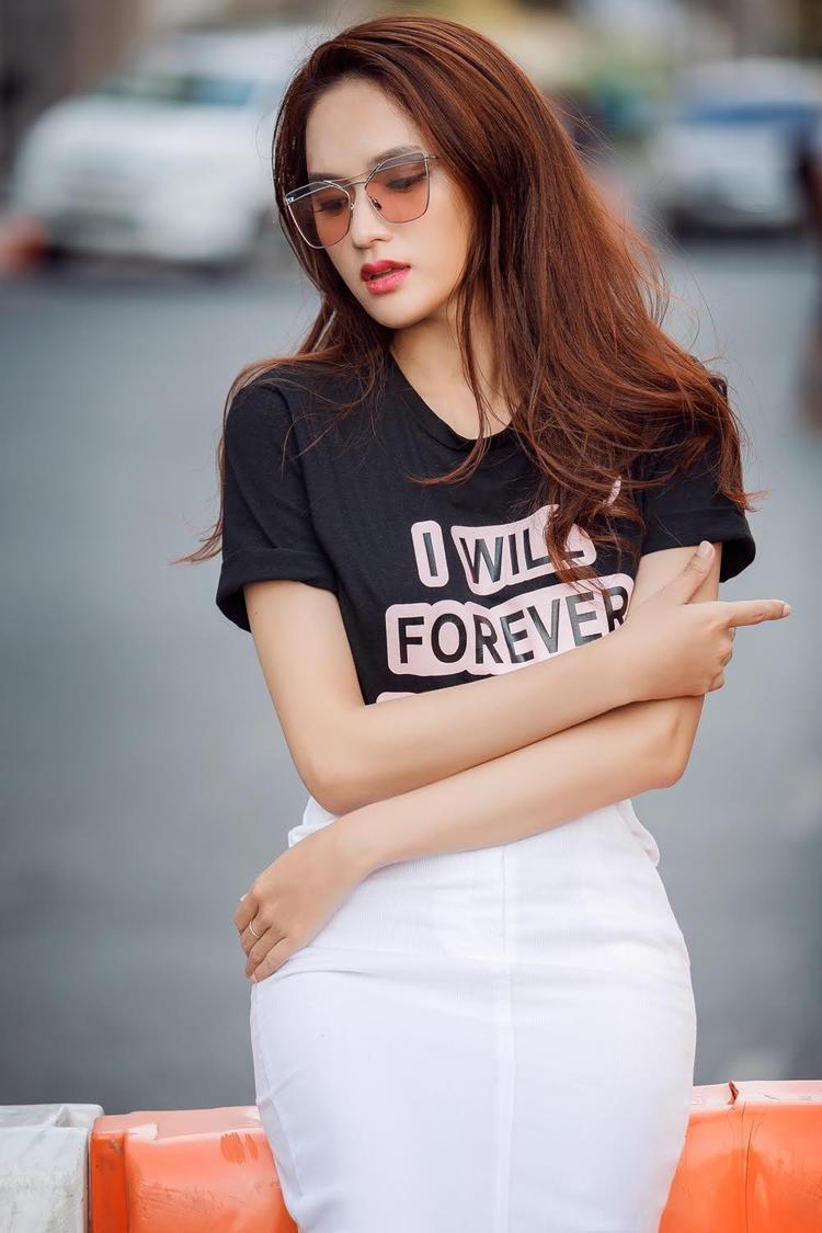 Với những trang phục trẻ trung năng động, tóc xoăn tự nhiên cũng là một sự lựa chọn hoàn hảo cho ứng cử viên sáng giá của ngôi vị Hoa hậu chuyển giới Quốc tế năm nay.