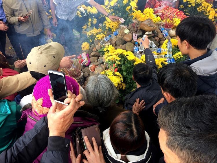 """Hàng ngàn người dân kéo đến cầu khấn và chụp ảnh """"rắn thần"""". Ảnh: Báo Thanh Niên"""
