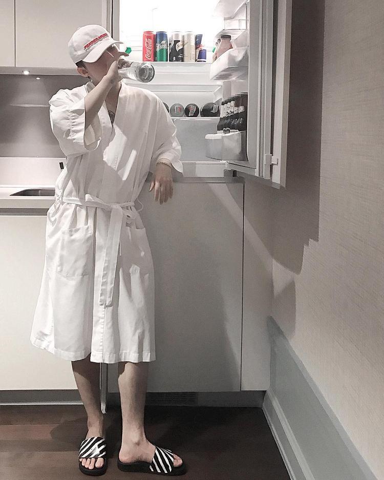 Trong một bức ảnh khác, dù chỉ diện áo choàng tắm, thế nhưng nhiều người vẫn ngưỡng mộ độ chịu chơi, chịu chi bởi đôi dép mà Sơn Tùng đang mang dưới chân. Thiết kế có vẻ đơn giản này là một sản phẩm của Off-White, có giá gần 5 triệu đồng.