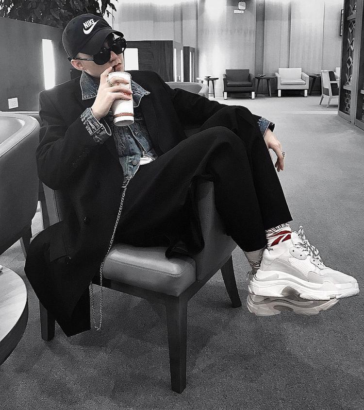 Một đôi giày khác được Sơn Tùng bổ sung cho BST hàng hiệu của mình là đôi Balenciaga Triple S White, trị giá 27 triệu đồng.