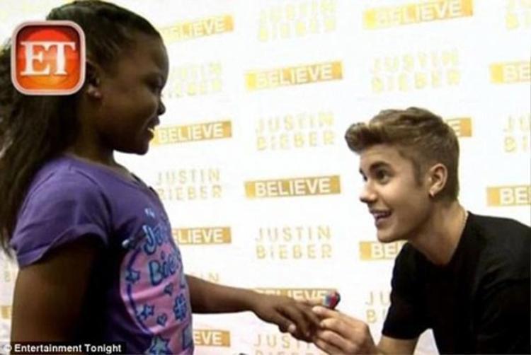 """Năm 2013, nam ca sĩ làm """"nức lòng"""" người hâm mộ với hành động quỳ gối cầu hôn một fan nhí đang mắc bệnh hiểm nghèo.Mẹ của cô bé cho biết Justin đã giúp cô bé vui vẻ hơn và quên đi căn bệnh của mình."""