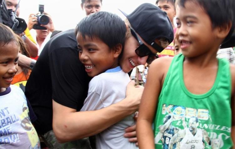 Nam ca sĩ rất chăm chỉ tham gia các hoạt động vì cộng đồng. Từ hỗ trợ nạn nhân của thiên tai đến quyên góp từ thiện giúp các trẻ em nghèo, quảng bá chiến dịch cứu đói,… đều nhận được sự ủng hộ nhiệt tình từ Justin.