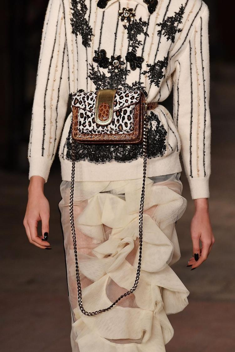 """Thu, đông năm nay, túi in họa tiết lông thú cũng là một xu hướng được dự đoán sẽ gây """"bão"""". Không bó buộc về kiểu dáng, phong cách này được áp dụng từ mẫu túi đeo hông…"""