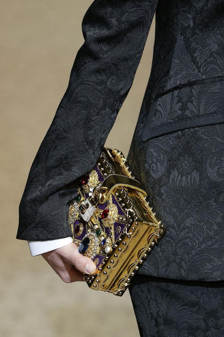 Một chiếc clutch cầm tay đính đá xa hoa của nhà mốt Dolce and Gabbana.
