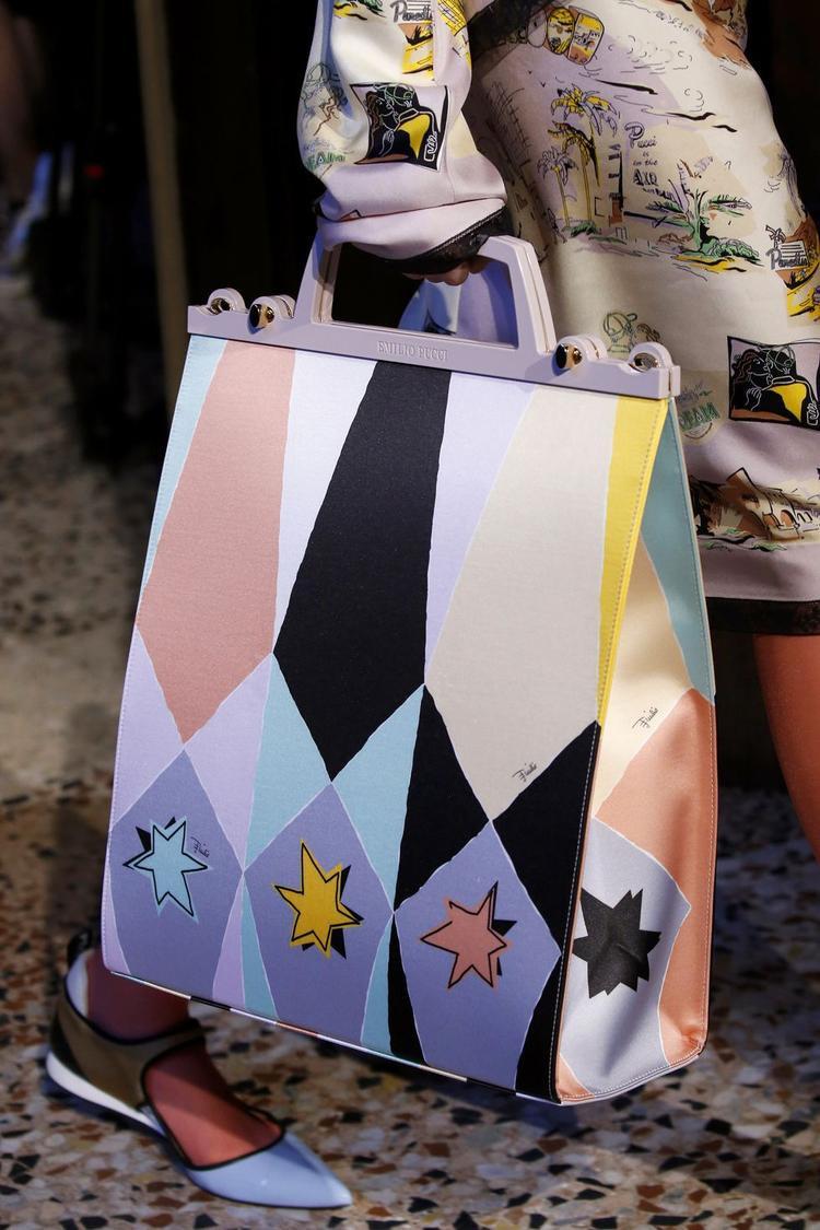Hay một chút tươi trẻ, vui nhộn cùng chiếc túi được phối màu pastel của Emilio Pucci đều là những sự lựa chọn tuyệt vời của những cô nàng tinh tế và thanh lịch.
