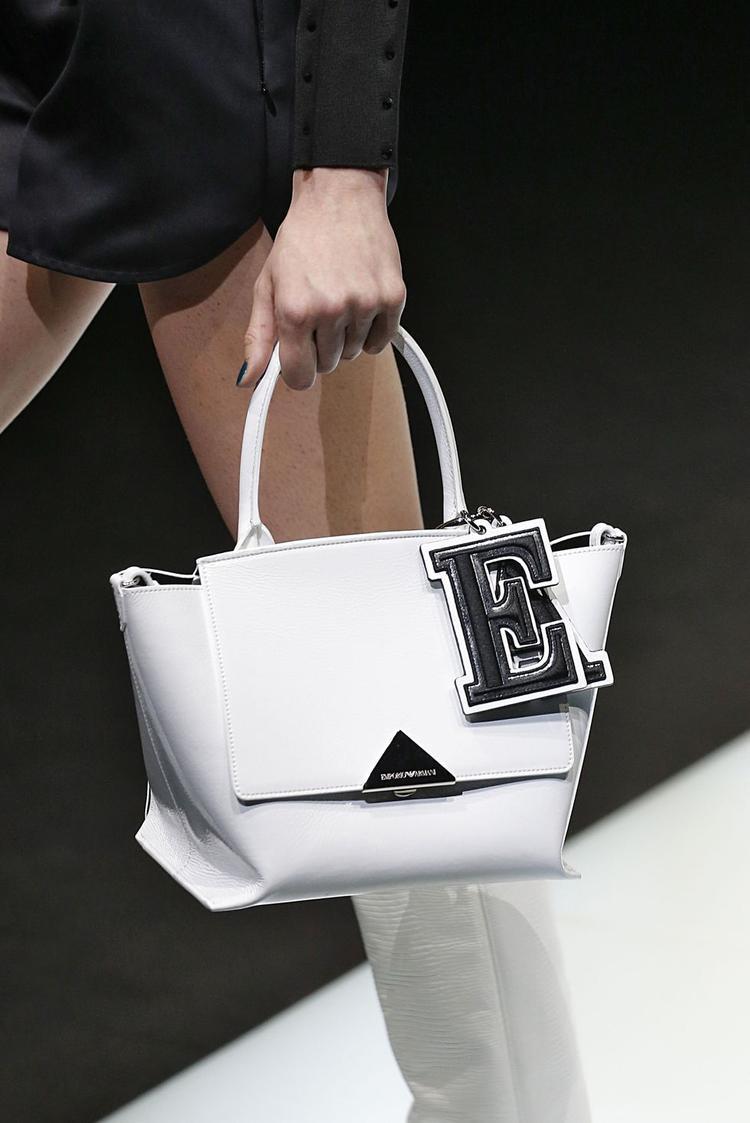 Trong mùa lạnh năm nay, nhiều thương hiệu nổi tiếng vẫn dành sự ưu ái cho những mẫu túi IT bag, với phom to, có thể chứa được nhiều thứ.