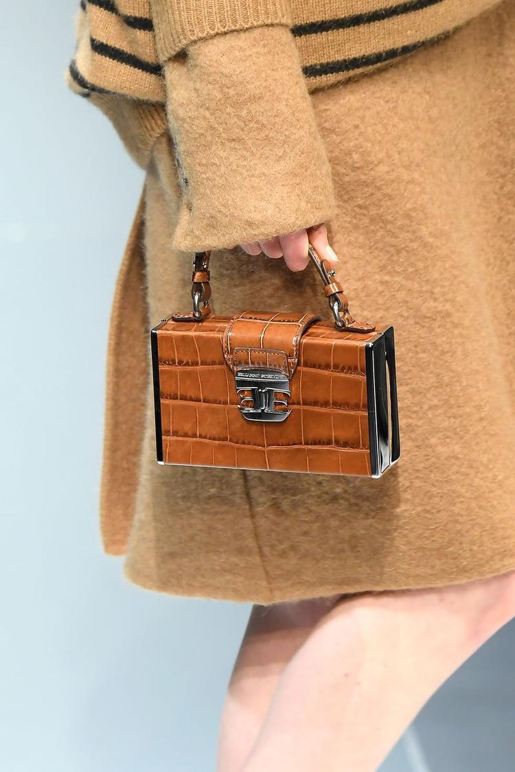 Đến kiểu túi đơn giản, thanh lịch.