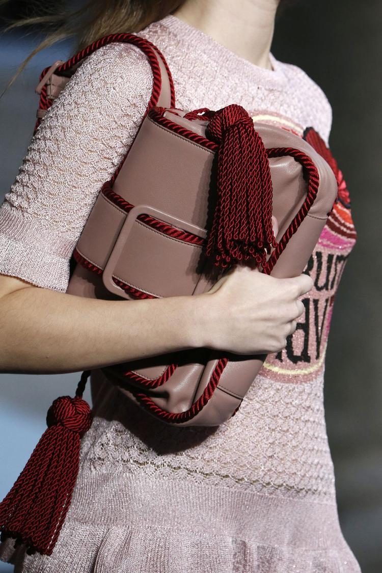 Marco De Vincenzo lại tạo nên chiếc túi cắp nách, sử dụng tua rua làm điểm nhấn cùng gam màu nâu sữa thanh lịch.