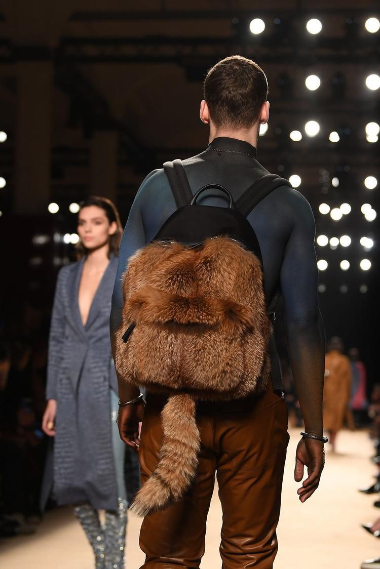 Không còn mặc định cho nữ giới, năm 2018, cánh mày râu vẫn có thể sử dụng chiếc ba lô chất liệu lông của nhà mốt Roberto Cavalli mà vẫn đảm bảo vẻ nam tính, mạnh mẽ.