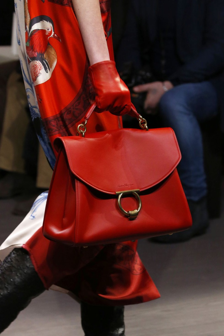 Thiết kế tuyệt đẹp với chất da bê mềm mại cùng gam màu đỏ bắt mắt của thương hiệu Salvatore Ferragamo.