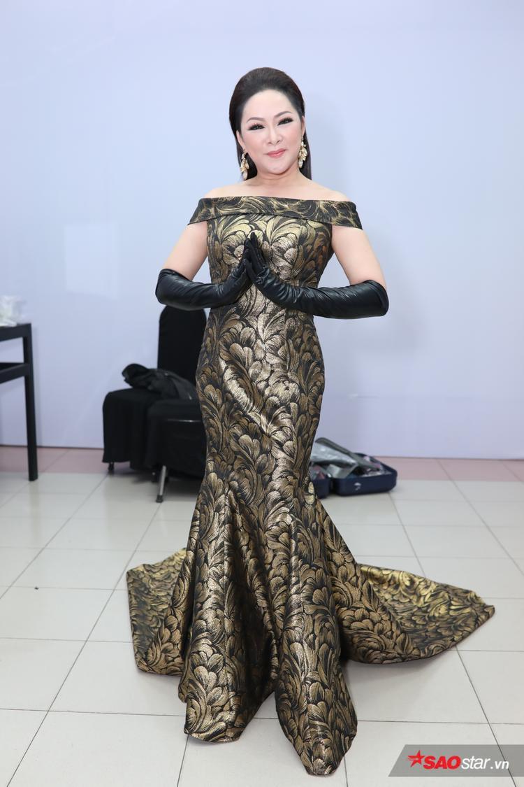 HLV Như Quỳnh quý phái trong bộ váy đuôi cá tôn dáng.