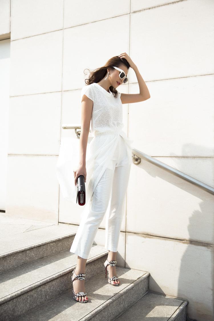 Những thiết kế trong BST vừa mang tính đơn giản, tiện lợi, vừa giúp tôn lên vẻ đẹp sang trọng của người mặc.