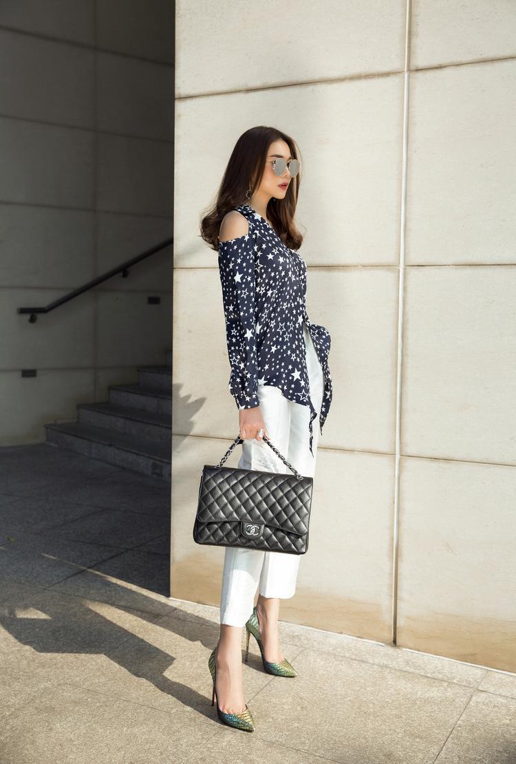 Tuy nhiên, thoạt nhìn có vẻ đơn giản nhưng những cách phối trang phục đơn giản mà vẫn đỉnh cao thế này được đúc kết từ những năm dài hoạt động trong làng mẫu của cô.