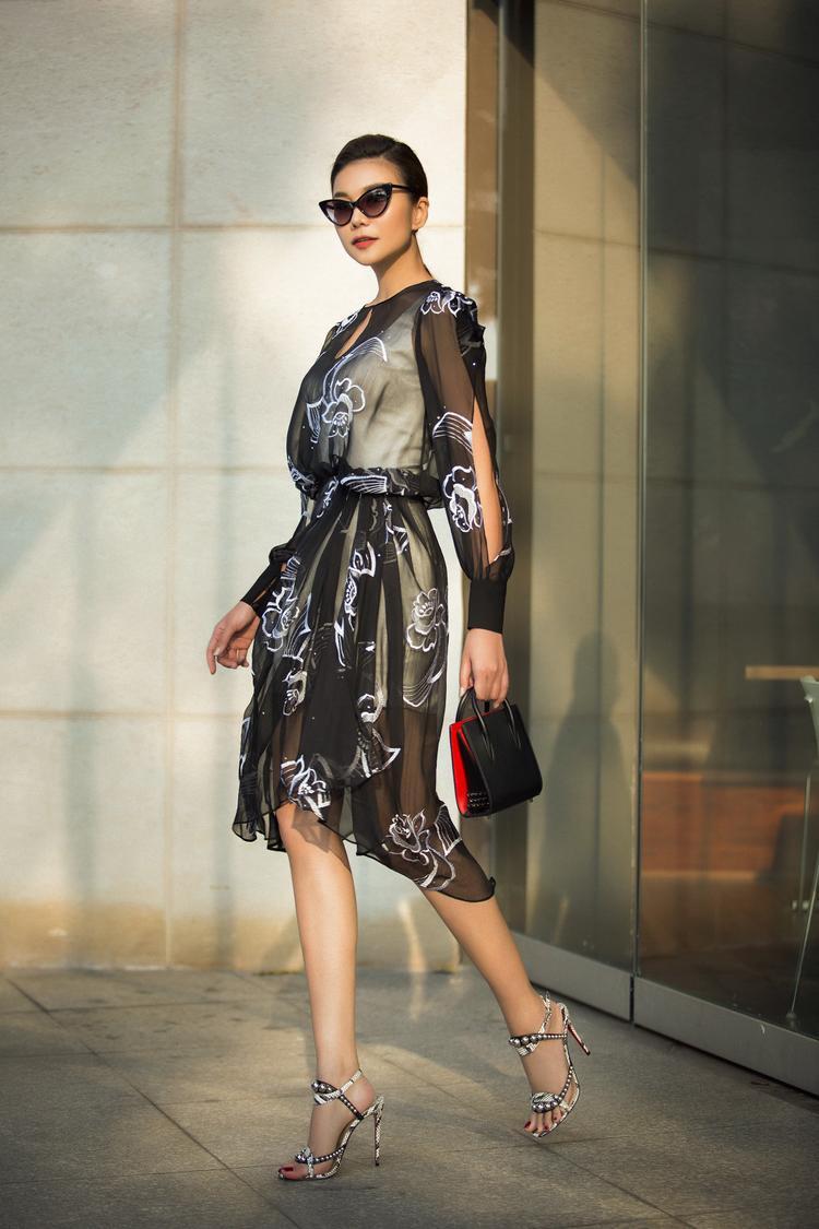 """Với hai màu sắc chủ đạo là trắng và đen, NTK đã tận dụng triệt để kiểu dáng váy và jumpsuit để tôn lên hình thể chuẩn cùng đôi chân dài """"thương hiệu"""" của Thanh Hằng."""