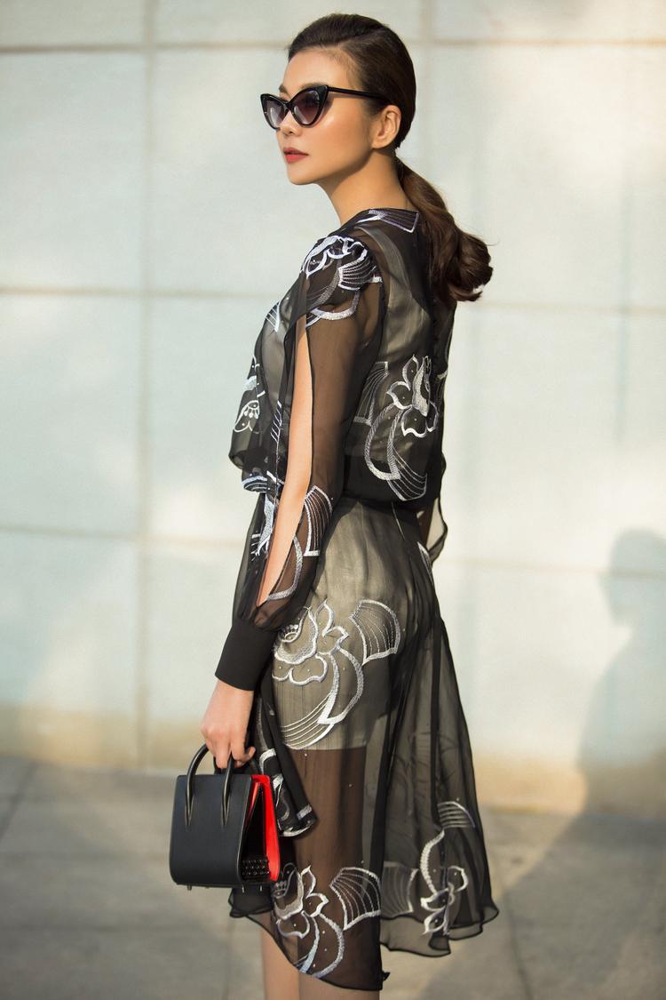 Những đường cắt xẻ trên cánh tay áo mang đến nét chấm phá nhẹ nhàng và thể hiện sự độc đáo, phá cách của trang phục.
