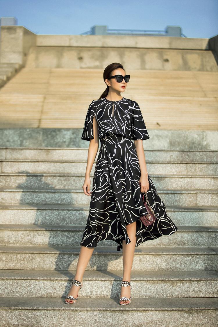 Diện những chiếc váy trong bộ ảnh mới, Thanh Hằng trở nên nổi bật hơn nhờ vào họa tiết mang màu sắc đối lập với tổng thể.
