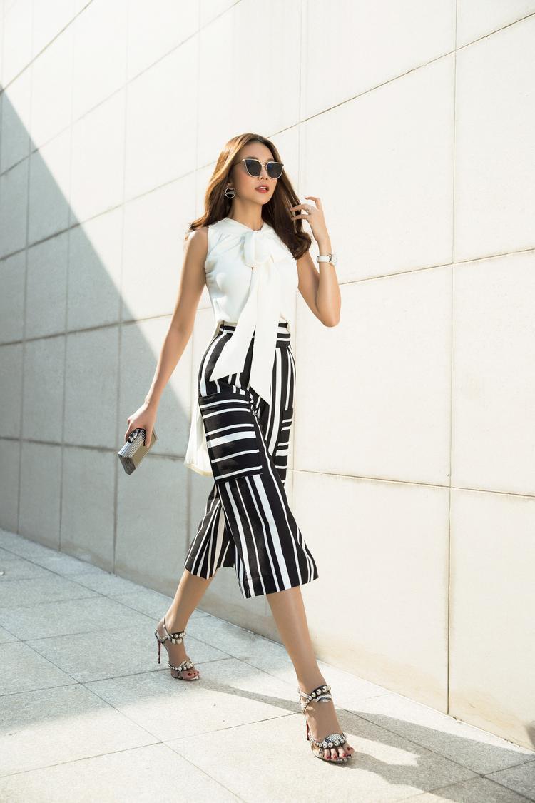 Những chiếc quần ống loe của NTK Sơn Collection đơn sắc hoặc họa tiết sọc dọc chính là yếu tố giúp chân dài khoe được chiều cao ấn tượng của mình.