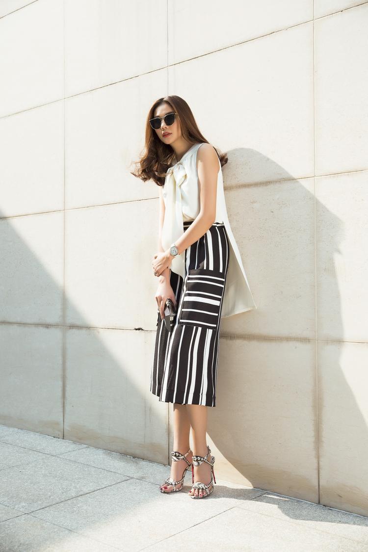 Sự tinh giản là những gì Thanh Hằng muốn hướng đến trong set trang phục này. Vì thế trắng - đen luôn là lựa chọn hoàn hảo nhất.