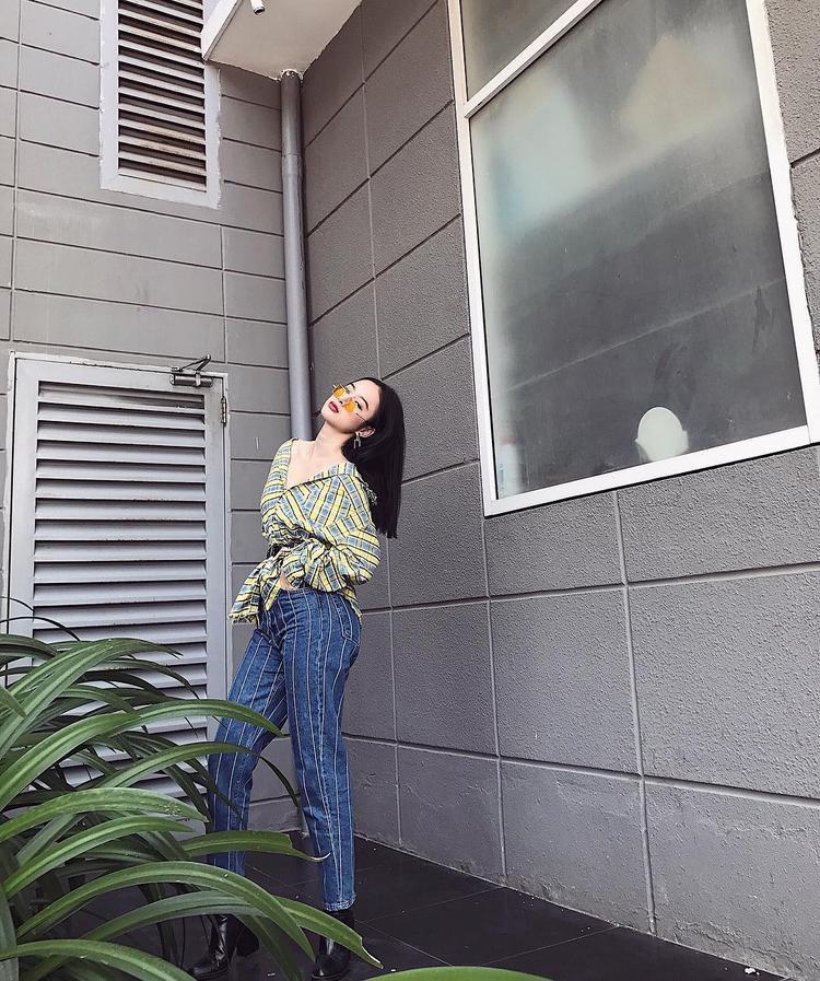 Angela Phương Trinh khoe siêu vòng 3 dù ăn mặc kín cổng cao tường.