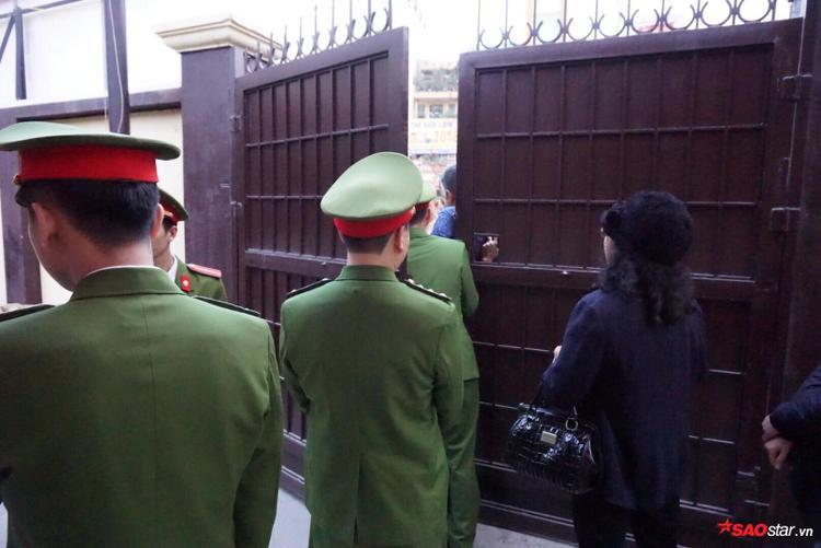 Đúng 17h cùng ngày, lực lượng công an phải đóng toàn bộ cửa vào chùa để tránh lượng người ồ ạt vào quá đông. Nhiều người dân đành đứng phía ngoài đường Tây Sơn chờ đợi đến giờ làm lễ.