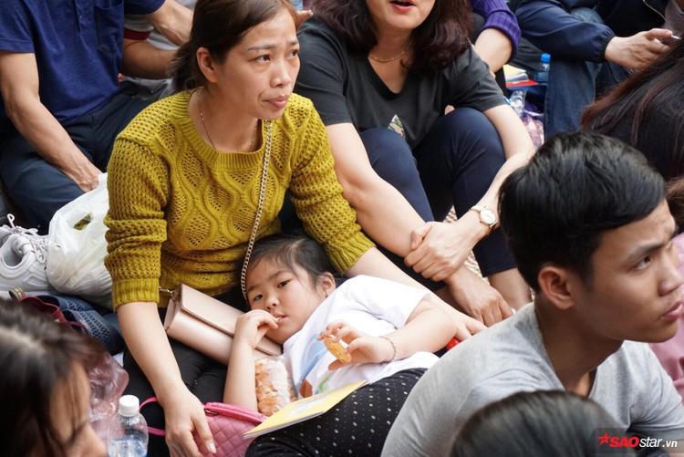 Nhiều em nhỏ phải nằm xuống nghỉ ngơi sau khi chen chúc.