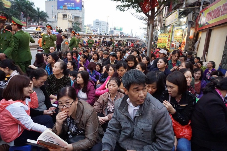 Nghìn người chen chân, ngồi trong chùa chờ làm lễ cầu an lớn nhất năm