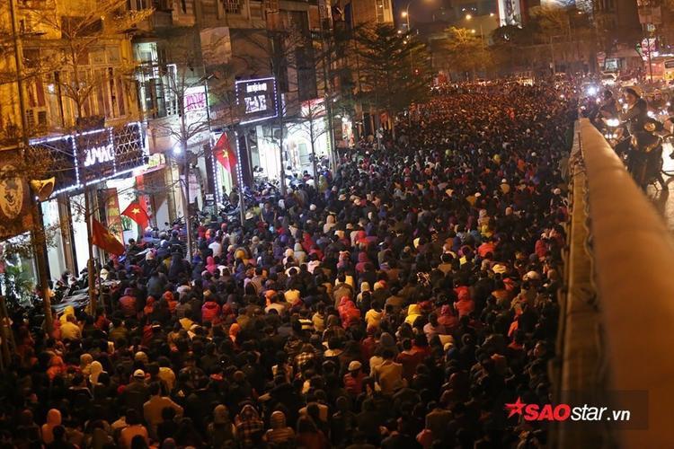 Khung cảnh đông kinh hoàng ở đoạn cầu vượt Tây Sơn - Ngã Tư Sở.