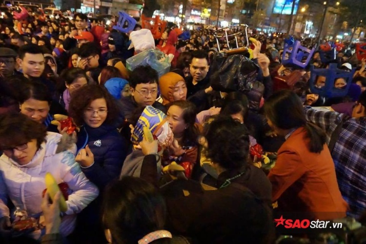Cảnh chen chúc nhận lộc sau đại lễ cầu an ở chùa Phúc Khánh.