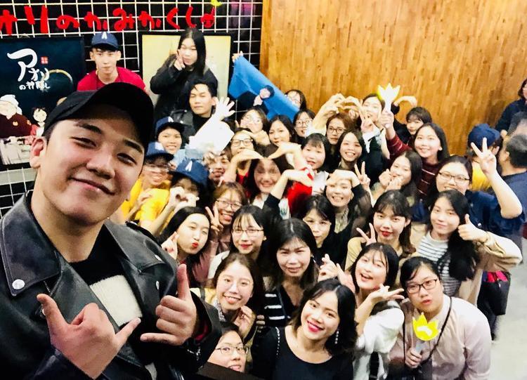Seung Ri (Big Bang) có mặt tại Hà Nội, hào hứng chụp ảnh cùng fan